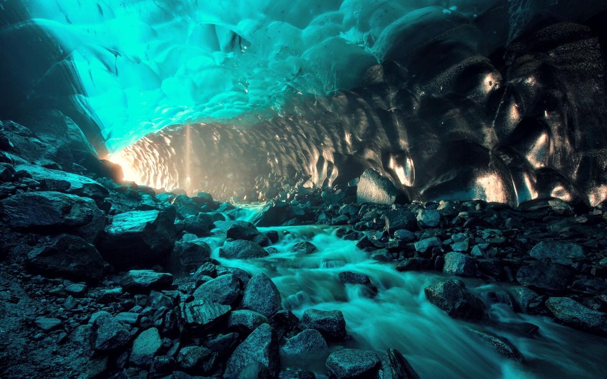 La cueva del glaciar de Mendenhall, Alaska